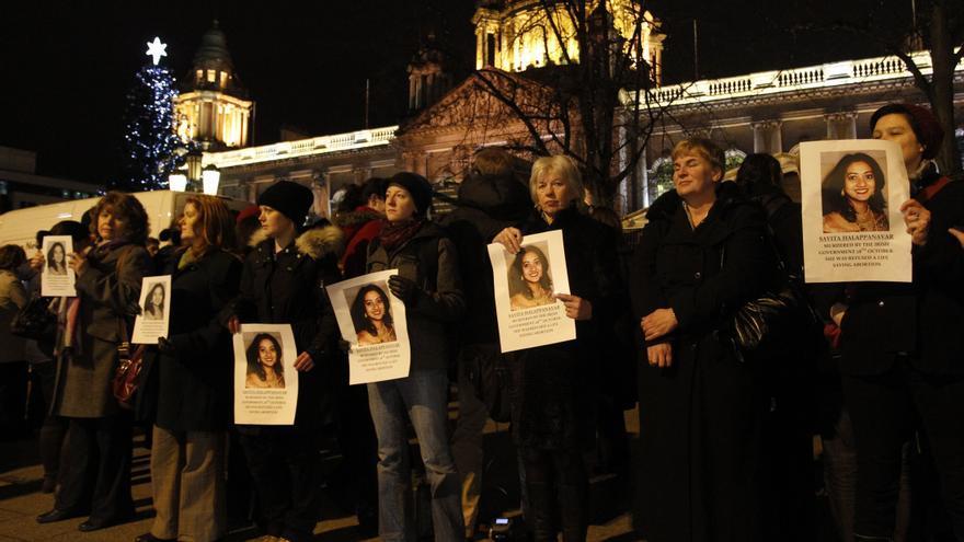 Concentración en apoyo de Savita Halappanavar ante el Ayuntamiento de Belfast en noviembre de 2012.