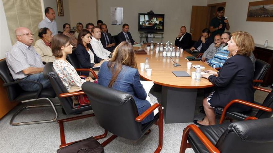 La directora general de Industria y Energía, María Antonia Moreno (d), durante la reunión que ha mantenido con las empresas adjudicatarias de potencia eólica en Canarias. (Efe/Elvira Urquijo A.).