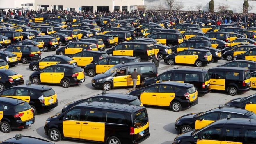 Cientos de taxis colapsan el centro de Barcelona contra la regulación de VTC