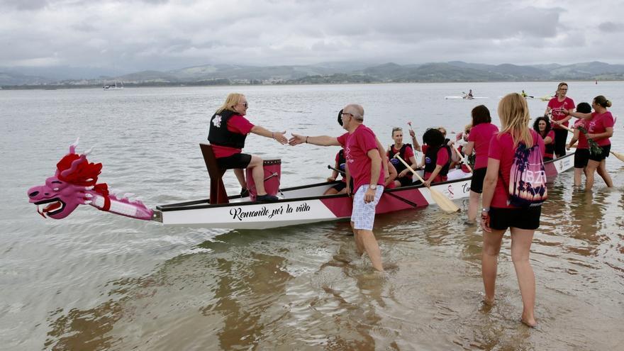 La Asociación 'Cantabria en rosa' bota su segundo 'barco dragón'
