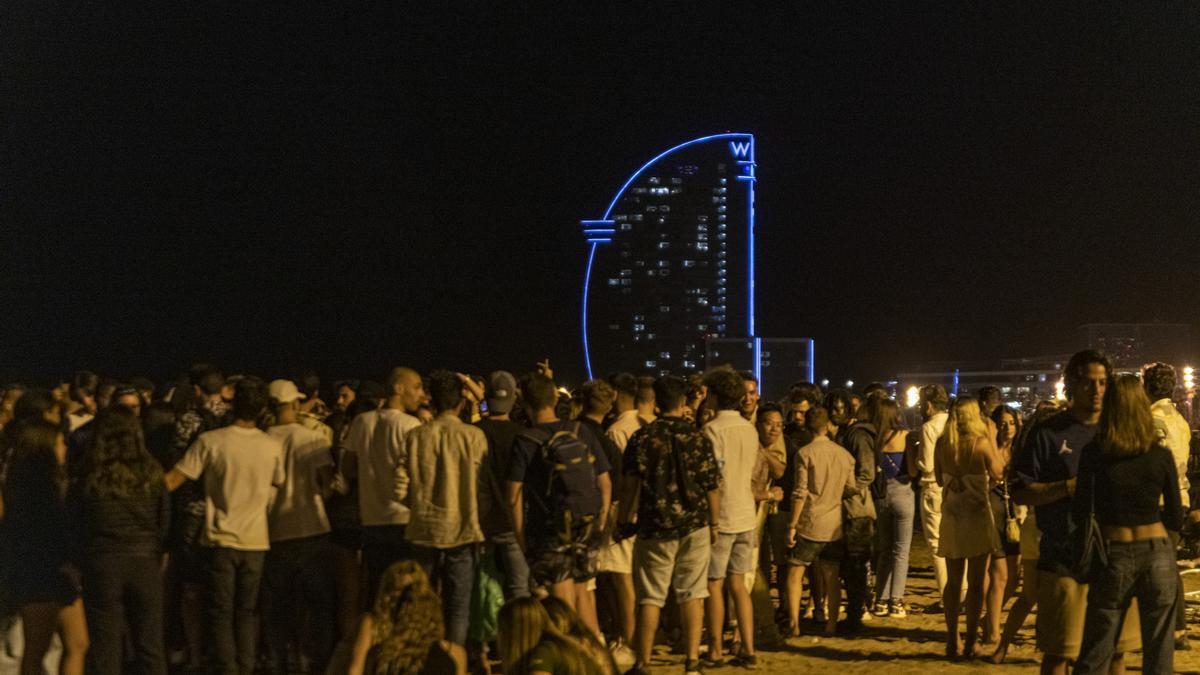 Varios grupos de jóvenes en la playa de la Barceloneta