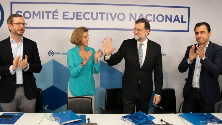 Javier Maroto, María Dolores de Cospedal y Fernando Martínez Maillo aplauden a Rajoy en su despedida.