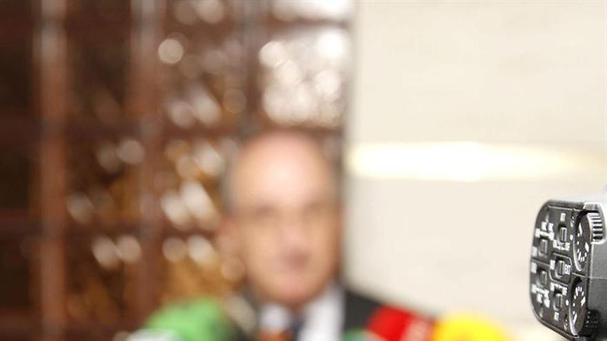 El presidente de Repsol, Antonio Brufau, tras su reunión con los empresarios canarios para hablar sobre los sondeos, visto desde el visor de una cámara de televisión. Elvira Urquijo/Efe.