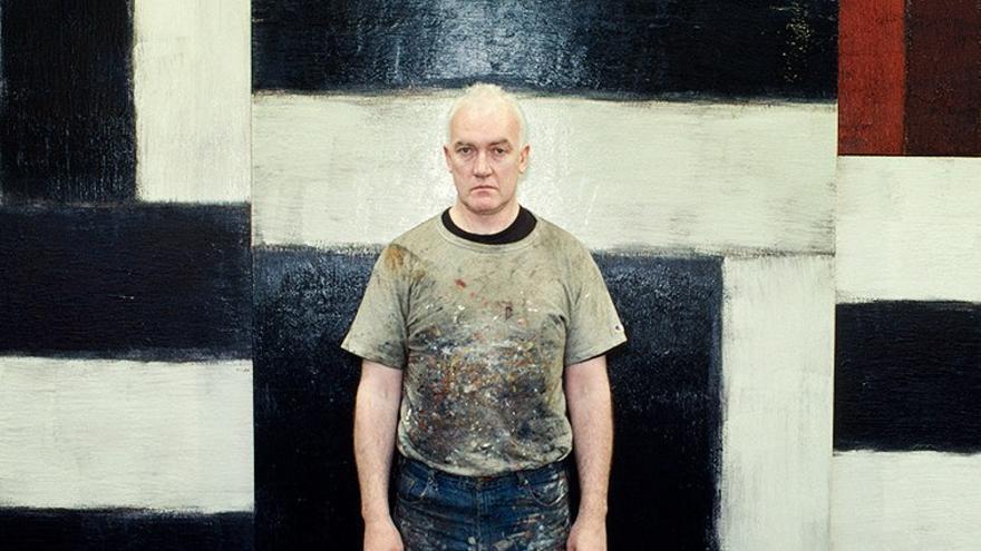 Sean Scully junto a una de sus obras