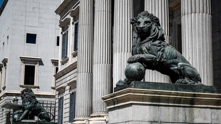 Archivo - Fachada del Congreso de los Diputados de Madrid con sus emblemáticos leones.