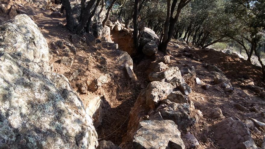 Trinchera excavada en Cerro Mingo por alumnos de una escuela taller / JCD