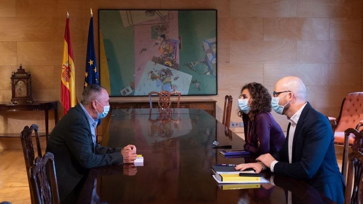 Joan Baldoví amb la ministra d'Hisenda, Maria Jesús Montero.