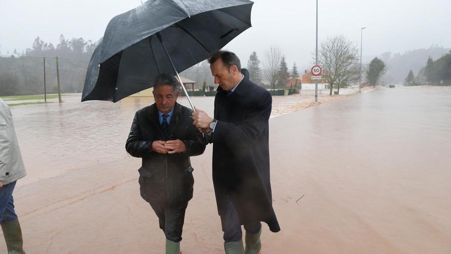 Revilla y su jefe de gabinete visitando las zonas afectadas por el temporal. | MIGUEL LÓPEZ