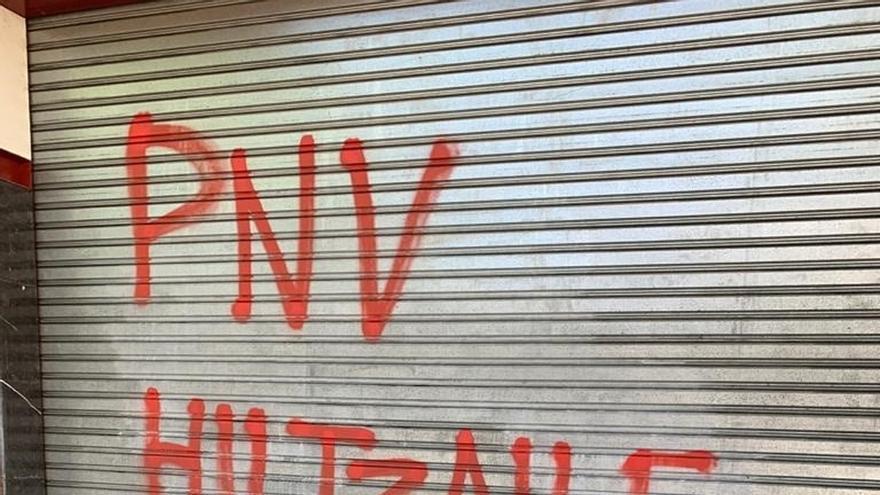 PNV condena la aparición de pintadas alusivas al preso de ETA Patxi Ruiz en el batzoki de Lakua en Vitoria