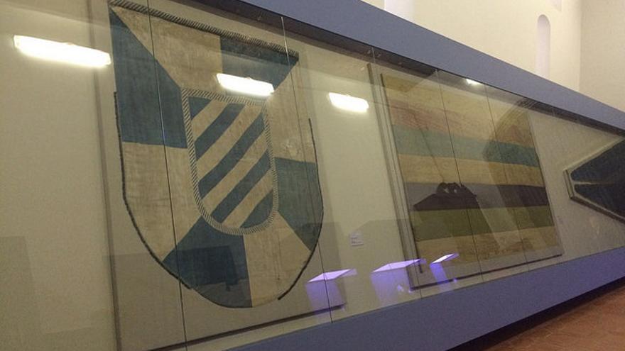 Las dos banderas restauradas para la exposición 'A Tempora' / Kronos