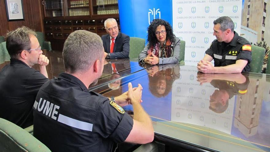 En la imagen, reunión mantenida por mandos de la UME con la consejera de Seguridad del Cabildo y el director insular de la Administración General del Estado.