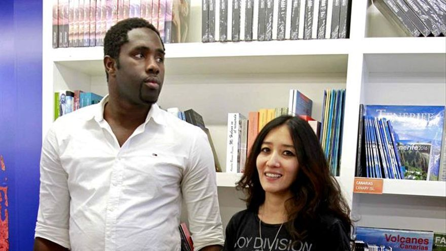 Isaa Sidi Fall, de Mauritania, uno de los protagonistas de la exposición fotográfica 'Óxido' de la artista grancanaria Sara Yun (d). (EFE/Cristóbal García)