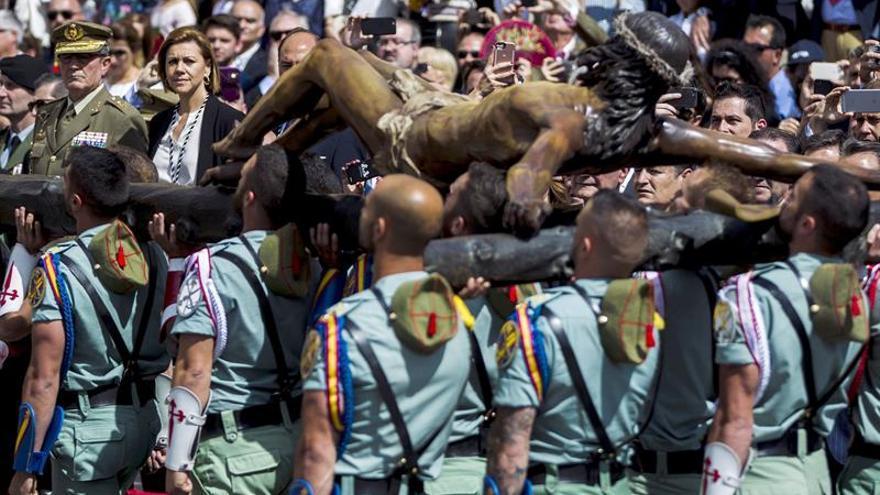 Miles de personas reciben a Legión para traslado del Cristo de Mena en Málaga / EFE