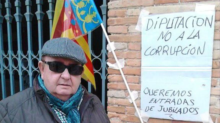 El denunciante, Juan Romero Leiva, en una protesta ante la plaza de toros.