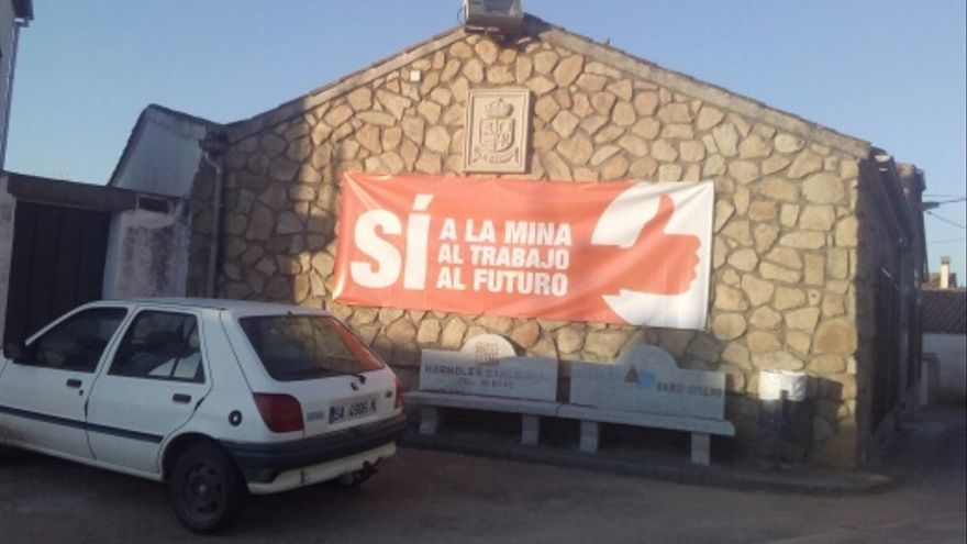 Pancarta de apoyo a la mina en dependencias municipales de Retortillo (Salamanca).