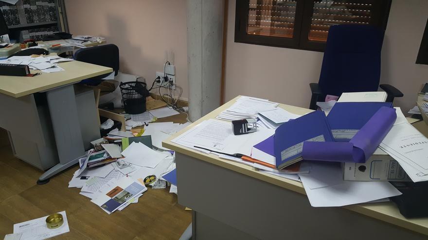 Estado del interior del Ayuntamiento de Burguillos tras un asalto y robo