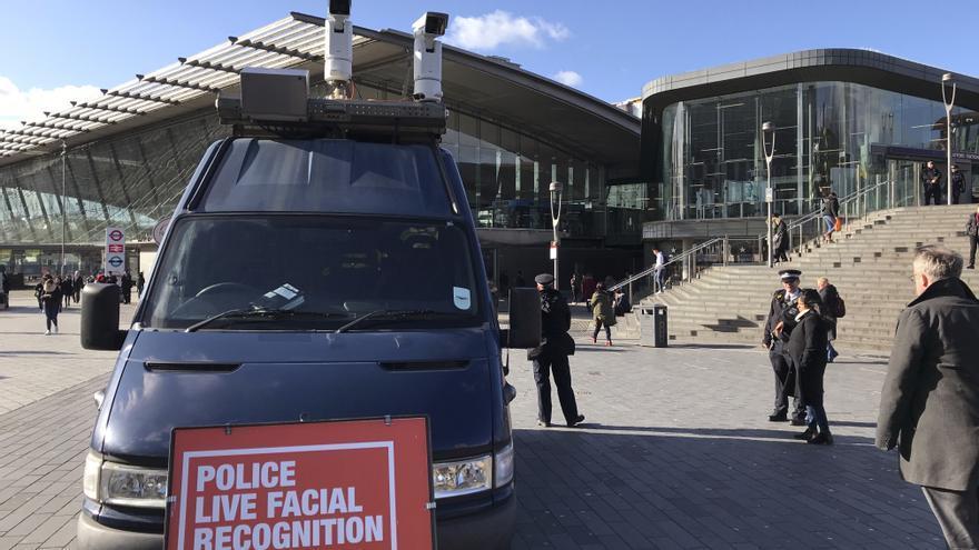 Un automóvil policial de reconocimiento facial en Londres // AP Photo/Kelvin Chan