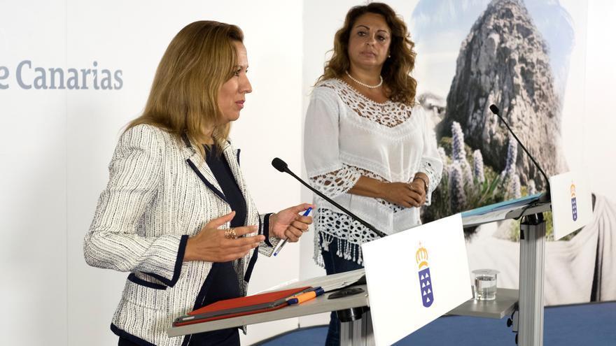 La portavoz del Ejecutivo regional, Rosa Dávila (i), durante la rueda de prensa posterior al Consejo de Gobierno.