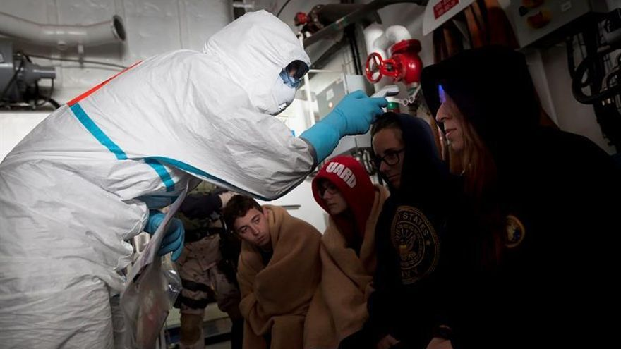 Personal de Sanidad Exterior toma la temperatura a supuestas víctimas de una enfermedad contagiosa a bordo del buque 'Meteoro', atracado en el puerto de Santa Cruz de Tenerife / Ramón de la Rocha/EFE