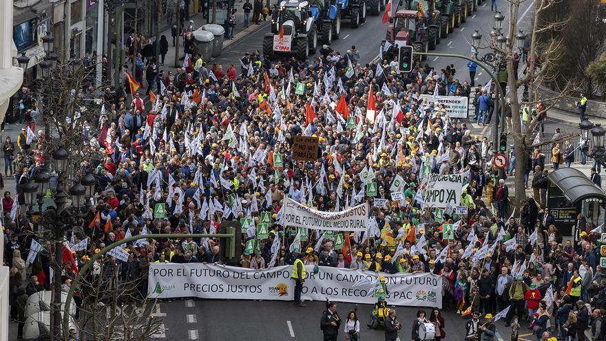 Manifestación de agricultores y ganadores en Santander. | JOAQUÍN GÓMEZ SASTRE