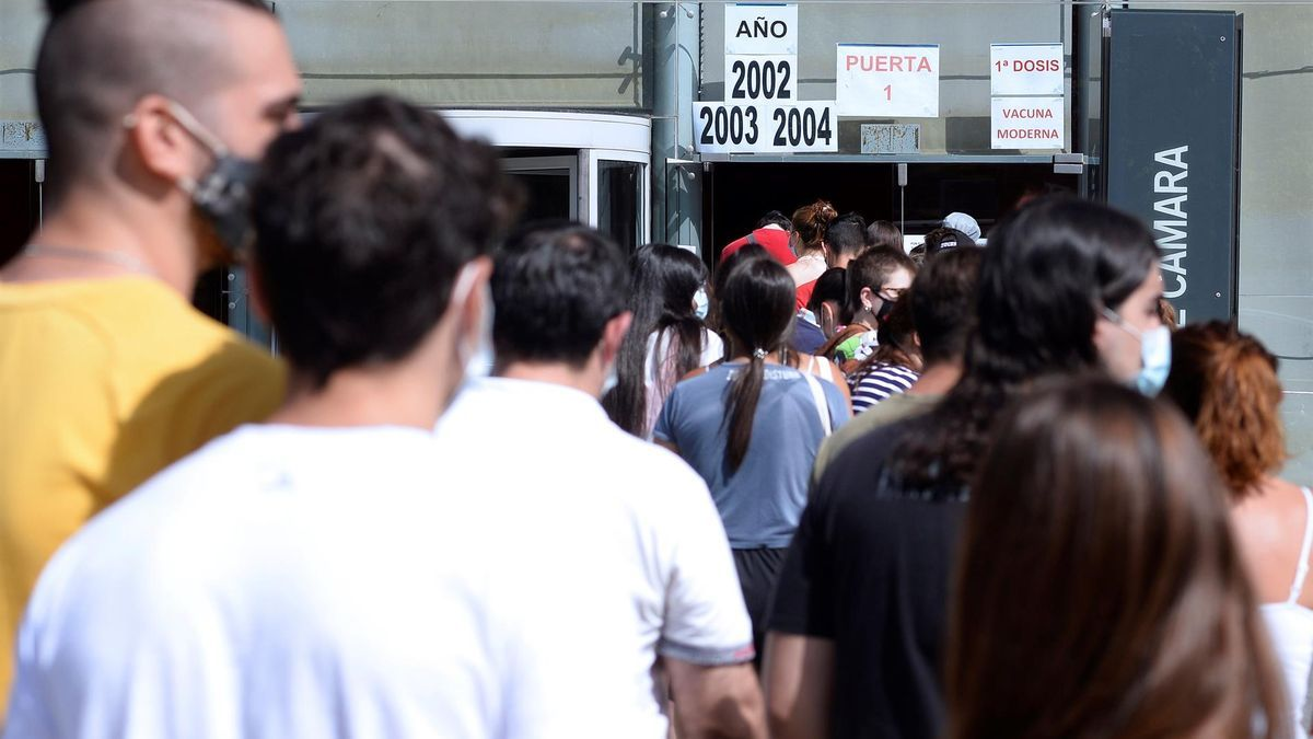 Jóvenes de los años 2002, 2003 y 2004 hacen cola ante un centro de vacunación contra la covid-19, este miércoles, en Valladolid.
