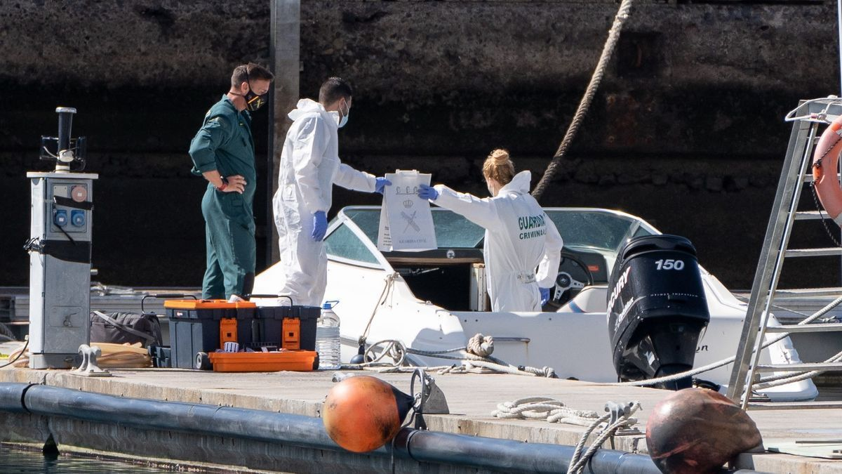La Policía Científica analiza una embarcación en la base de la Guardia Civil de la dársena pesquera de Santa Cruz de Tenerife