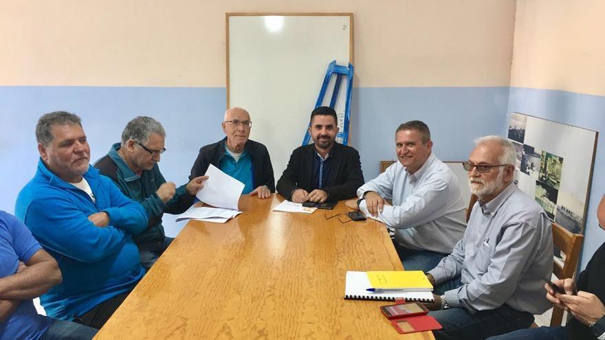 Reunión del viceconsejero de Infraestructuras y Transportes del Gobierno de Canarias, Onán Cruz, y el  director gerente de Puertos Canarios, Manuel Ortega, en Tazacorte.