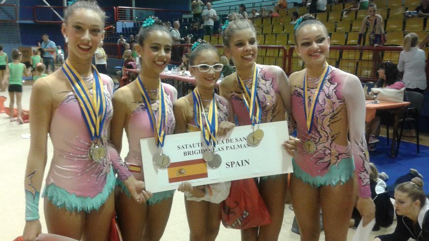 Algunas de las gimnastas con las medallas conseguidas en Sarajevo.