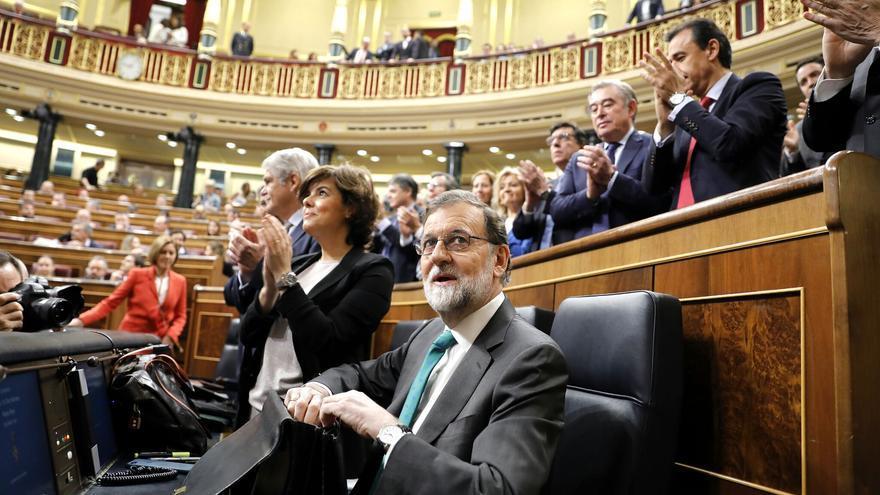 El presidente del Gobierno, Mariano Rajoy, ovacionado por los populares a su llegada al debate de la moción de censura.