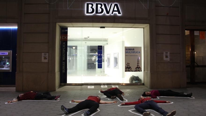 Acció de denúncia de la campanya Banca Armada davant d'una seu del BBVA