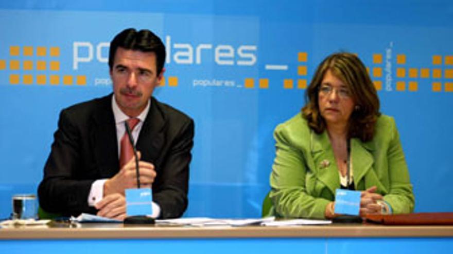 José Manuel Soria, en su etapa de consejero de Hacienda, con Elvira Rodríguez, secretaria de Economía del PP.