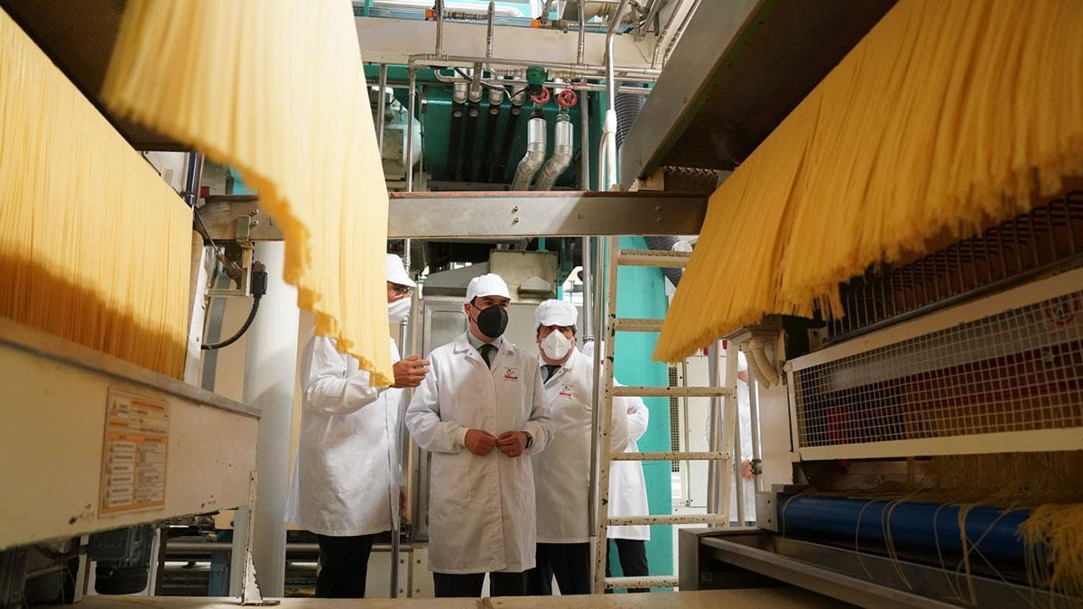 El presidente de la Junta de Andalucía, Juanma Moreno, visita la factoría de Pastas Gallo