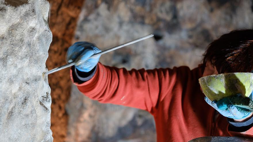 Especialista de Factum Arte trabaja en la réplica de Risco Caído. (CABILDO DE GRAN CANARIA)