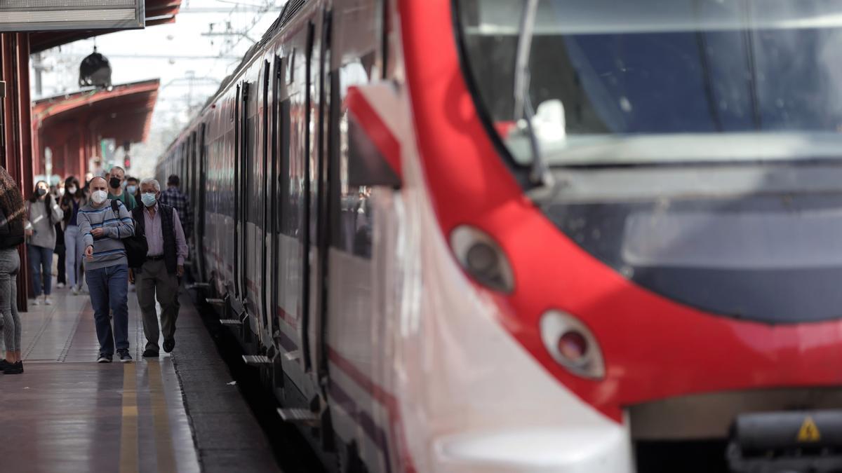 Varios pasajeros esperan en uno de los andenes de la estación de Chamartín durante la tercera jornada de huelga de maquinistas de Renfe, a 4 de octubre de 2021, en Madrid
