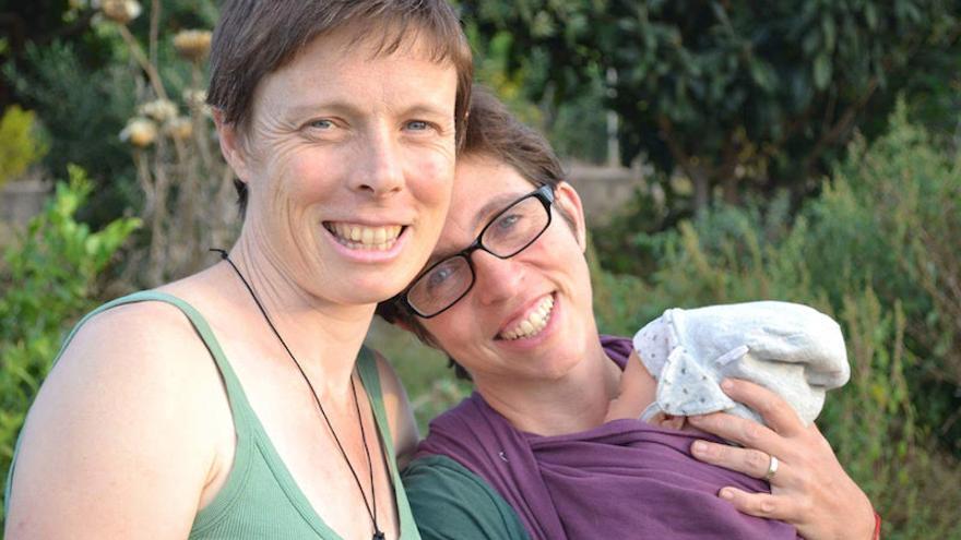 Brenda y María José con su hijo en brazos