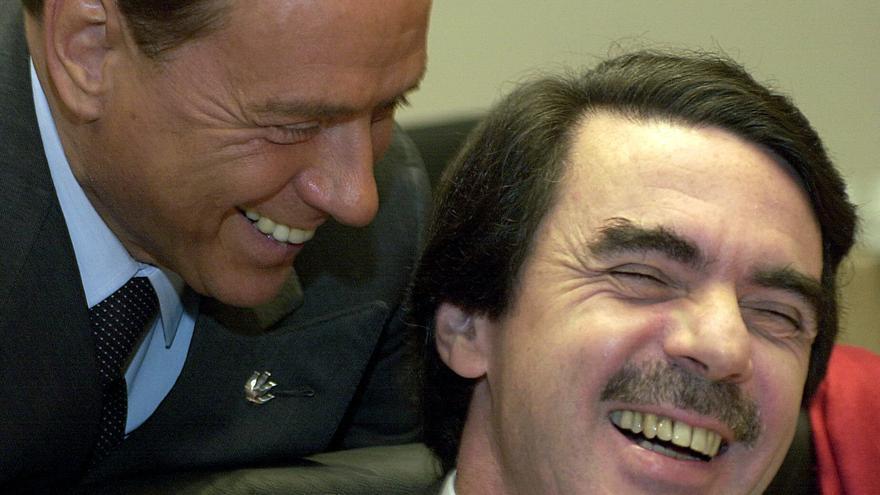 Berlusconi saluda a Aznar, durante la reunión de trabajo del Consejo Europeo en Atenas en abril de 2003 / EFE