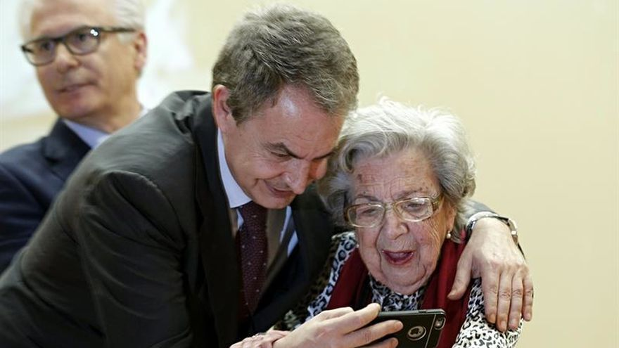 Zapatero junto a una familiar de un represaliado por el franquismo