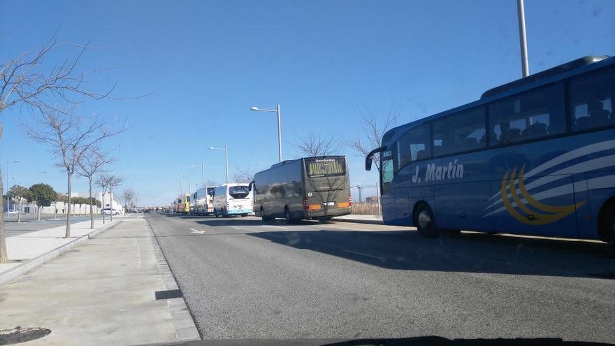 Los autobuses aparcados en el exterior.