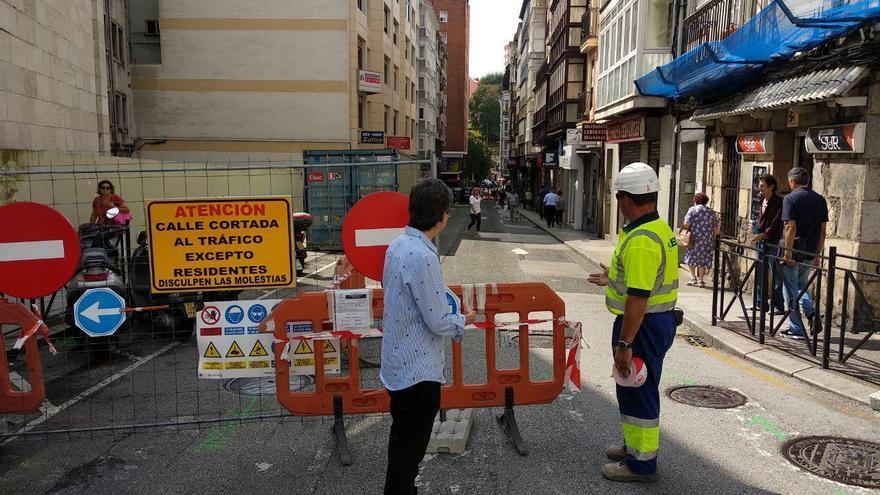 Corte de tráfico por las obras de la calle Cervantes de Santander.   R.A.