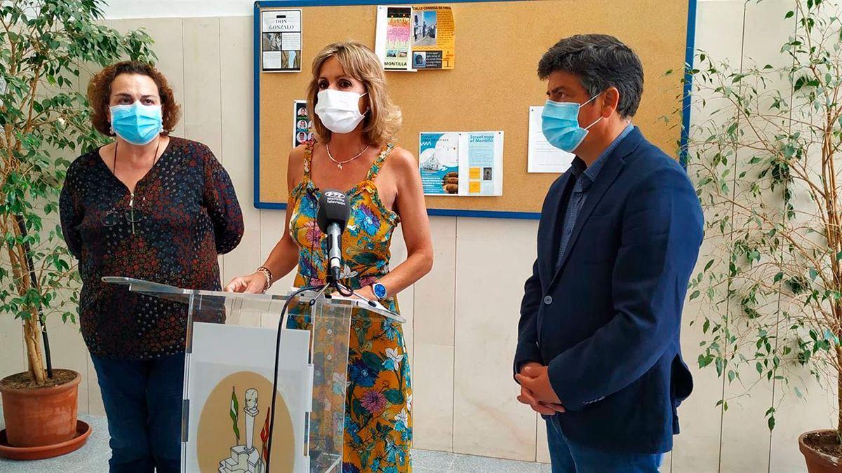 Inmaculada Troncoso (centro) junto al alcalde de Montilla (dcha) Rafael Llamas.