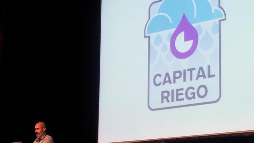 """Presentando el """"capital riego"""" de Goteo en la jornada, en el panel de """"Economías comunitarias"""". Foto de @marabales"""