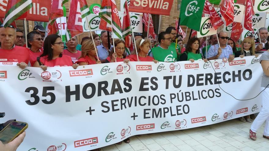 Trabajadores de la Junta se concentran ante el Gobierno en todas las provincias para pedir la jornada de 35 horas