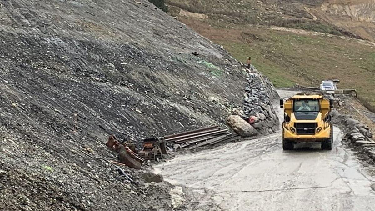 Una máquina de la UTE Eitzaga, junto a una montaña de residuos caídos del vertedero de Zaldibar