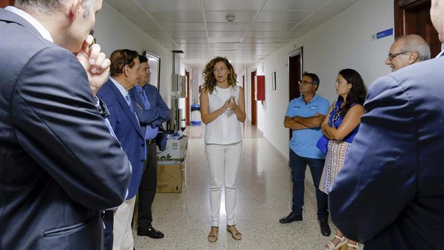La consejera de Obras Públicas y Transportes del Gobierno de Canarias, Ornella Chacón, charla con varios de los participantes en la Mesa del Transporte Terrestre de Canarias. (EFE/ÁNGEL MEDINA G.)