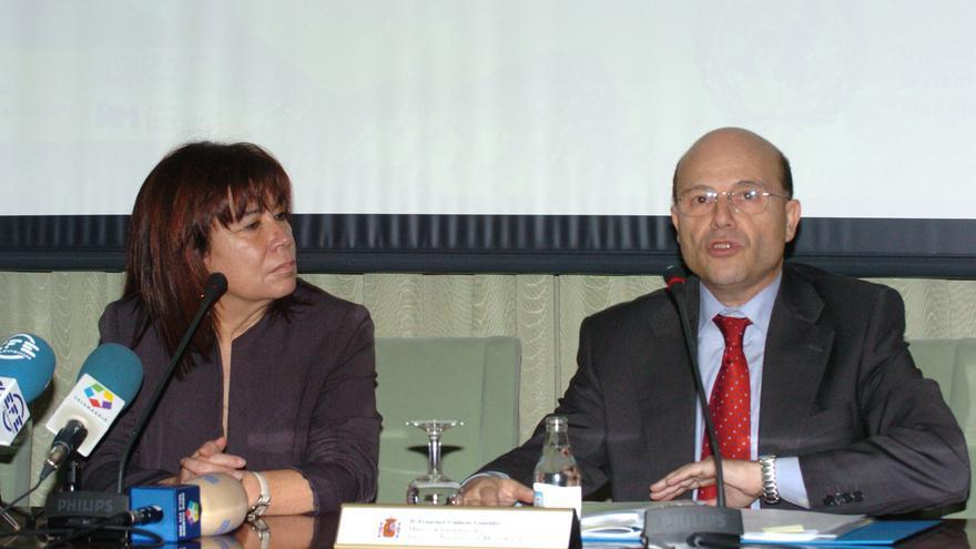 La exministra de Medio Ambiente Cristina Narbona con el primer director de la Aemet, Francisco Cadarso