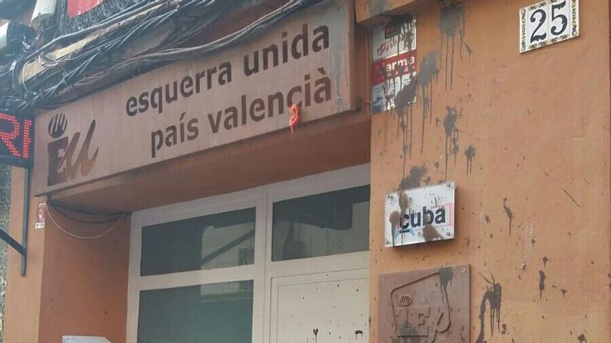 Estado de la entrada a la sede de Esquerra Unida tras ser atacada con pintura.