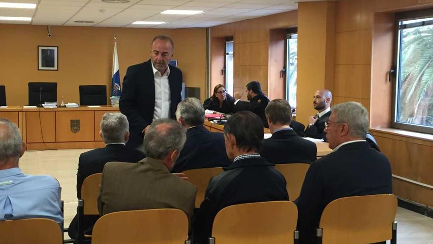 Miguel Zerolo (de pie), el exalcalde de Santa Cruz de Tenerife condenado por la Audiencia Provincial, en una sesión de la vista oral
