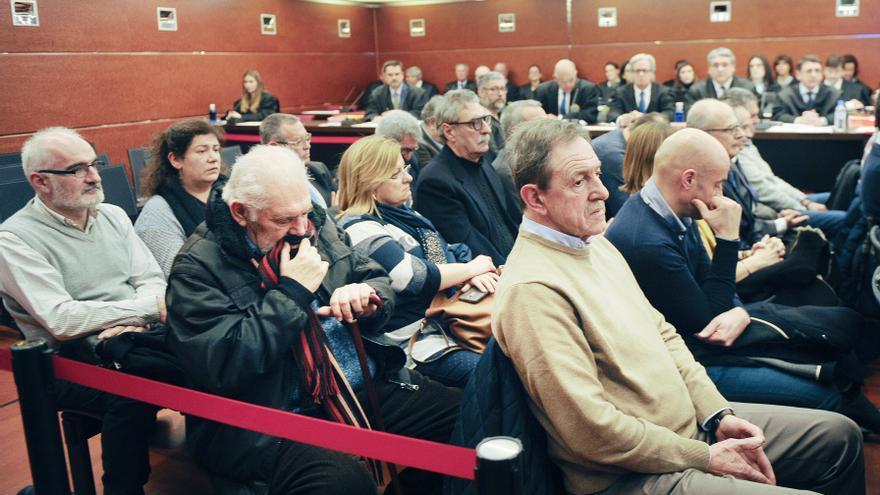 Sergio Fernández Oleaga, el segundo en la primera fila, en una de las sesiones del juicio del 'caso De Miguel'