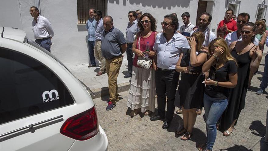 """Cientos de personas reciben  el féretro de """"El Lebrijano"""" al llegar a su pueblo"""
