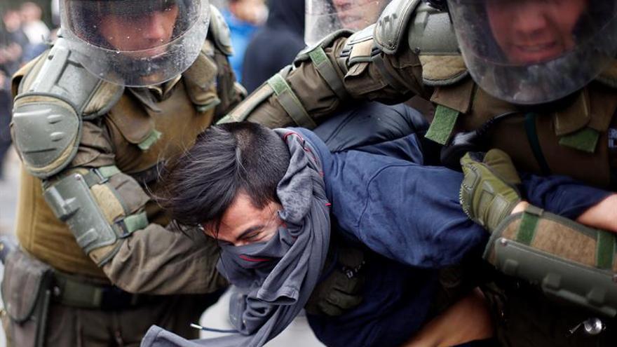 Siete policías heridos, daños y 49 detenidos dejan disturbios en Chile